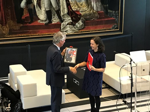 "Ananda Groag (shareNL) hands over  ""Spread out the red carpet for car-sharing"" document to Mr. Marc Frequin (Director General of Mobility of the Dutch Ministry of Infrastructure and Waterworks)"